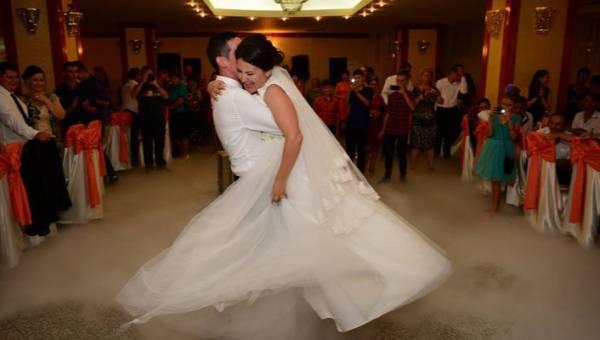 Najpiękniejsze piosenki na pierwszy taniec. Zawirujcie w rytmie miłości przy jednym z tych 20 utworów!