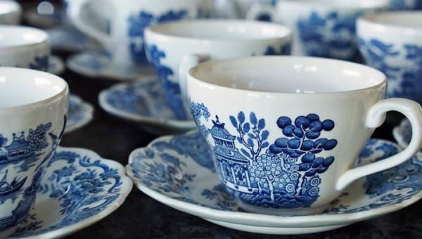 Tatuaże jak porcelana lub wzorki z talerzy i garnków. Błękitne desenie już nie tylko na sukienkach!