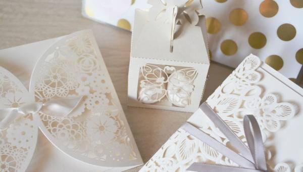 Motyw na zaproszenia ślubne – kwiaty, eko, a może… czerń? Przedstawiamy najnowsze trendy!