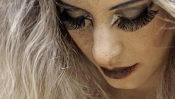 Błyszczący look – jesień będzie wielkim powrotem makijażu w stylu disco i barokowego przepychu na uginających się od kolorowych kryształków powiekach