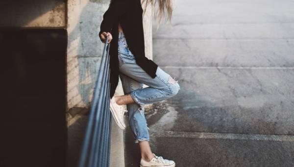 Jeansy z wysokim stanem – wielki ukłon w stronę lat 90. i jednocześnie odświeżenie trendu. Jak je nosić?