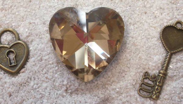 Biżuteria z kłódką – tajemnicza ozdoba, która tej jesieni namiesza w naszych stylizacjach
