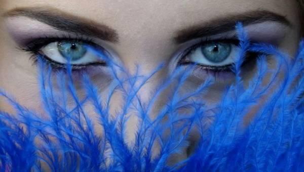Morski makijaż – oko skąpane w głębi oceanu. Letnie inspiracje, które pozwolą ci poczuć pełnię wakacji