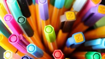 Powstał multifunkcyjny długopis do makijażu w stylu kultowego, szkolnego gadżetu z lat 90.!