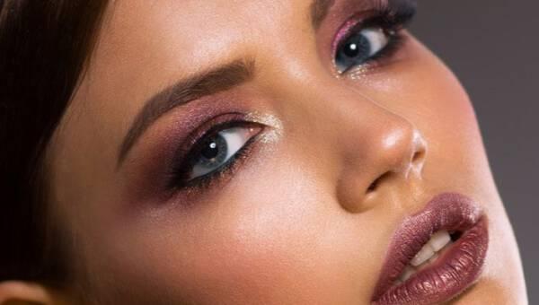 Glow smokey – wieczorowy makijaż, który wybieramy również latem. Romantyczne oko w czasie spacerów po plaży