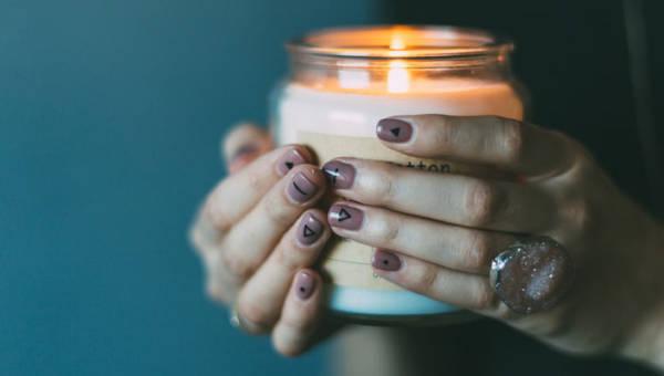 Najpiękniejsze zapachy świec na jesień 2019. Ogrzej swój dom ciepłym światłem i rozgrzewającymi nutami października!