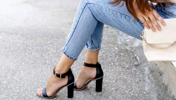 Złote sandały na obcasie – pokochasz ich niebanalny styl