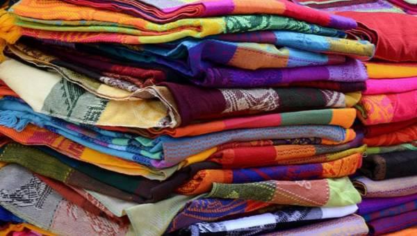 Które tkaniny są ekologiczne, a które nie sprzyjają dbaniu o środowisko? Sprawdź, na jakie ubrania warto postawić!