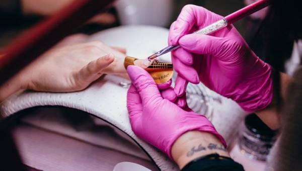 Manicure z drutem – ekstrawagancja czy inspirujący trend?