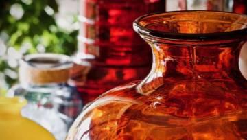 Kryształowe naczynia i kolorowe szkło znów są modne! Ożyw jesienne wnętrza barwnymi plamami światła!