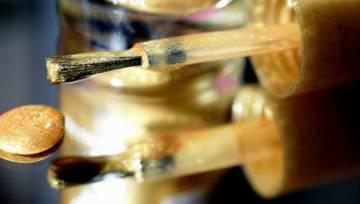 Złote paznokcie hitem jesieni 2019 – sprawdź jak możesz wykonać złocisty manicure