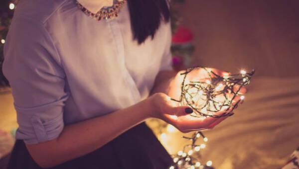 Dekoracje z lampek choinkowych – inspirujące pomysły, dzięki którym stworzysz w swoim domu świąteczną atmosferę