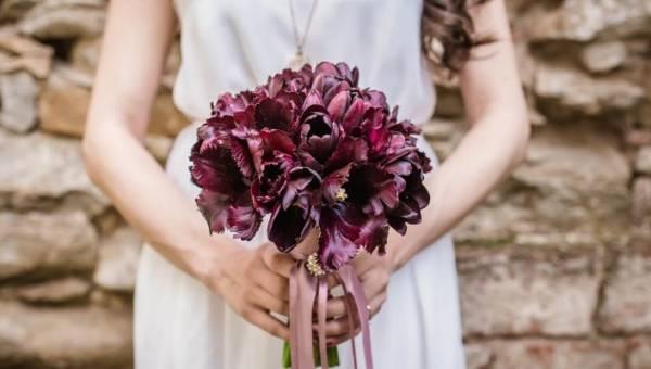 Wesele w kolorze bordowym – modny kolor jesiennych ślubów jako motyw przewodni lub wyrazisty akcent, który nada charakteru uroczystości