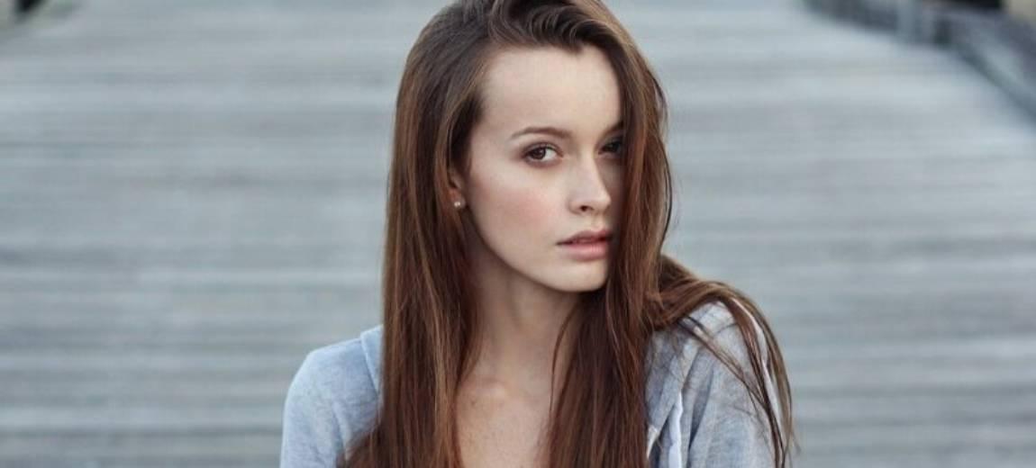 Wysokie czoło – przegląd fryzur, które przywrócą Twojej twarzy odpowiednie proporcje