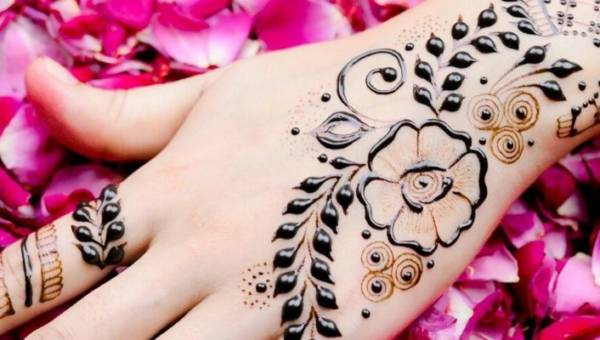 Tatuaż mehendi – hinduskie, ślubne wzory z henny, które tatuują sobie na brzuchu panie w ciąży