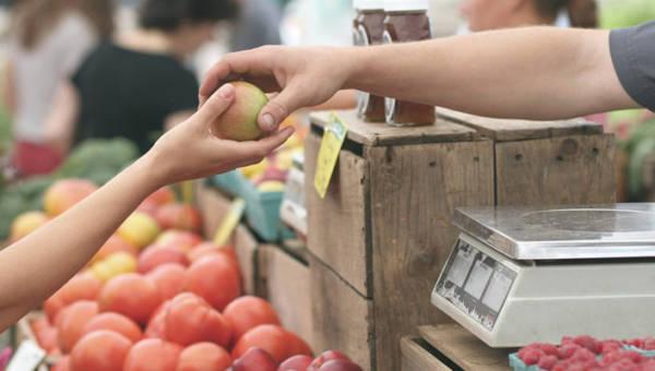 Koniec z plastikowymi opakowaniami bioproduktów. Zastąpi je… tatuaż na skórce warzywa lub owocu!