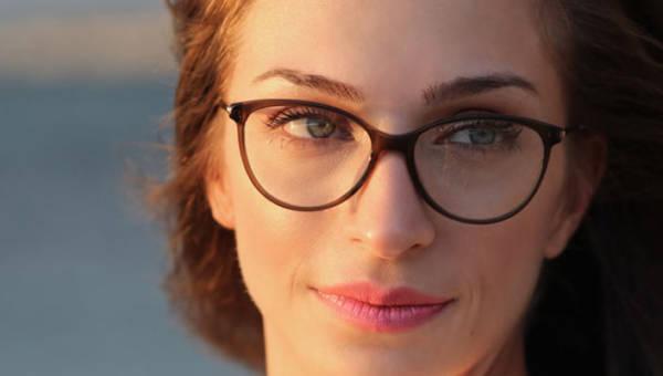 Okulary a brwi – jak dobrać oprawki okularów do oprawy oczu?