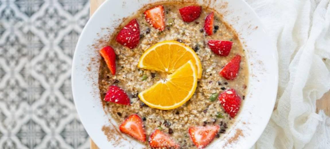 Złota owsianka – przepis na śniadanie mistrzów, które łączy kulinarne doznania z dbałością o zdrowie i piękny wygląd
