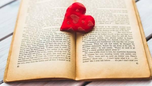 Książki na Walentynki – 10 miłosnych historii idealnych na prezent lub beztroski wieczór z lekturą