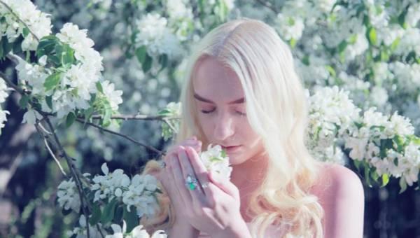 Naturalna domowa mgiełka do włosów blond, która nada im chłodne refleksy – przepis DIY