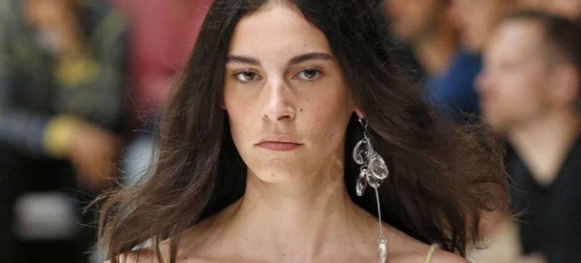 Biżuteria na wiosnę lato 2020 – przepych, asymetria i rozmiar XL to główne wyznaczniki dominujących trendów