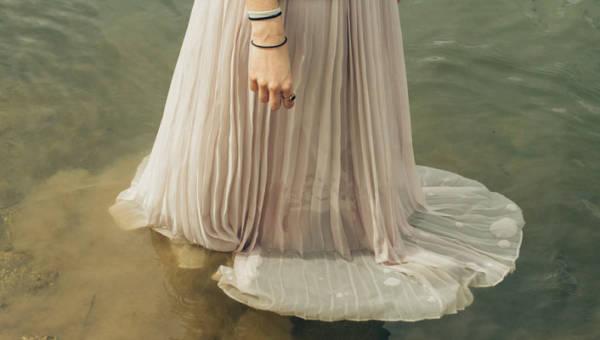 Historyczne sukienki Bernadette Banner. Te niezwykłe projekty przeniosą Cię do innej epoki!
