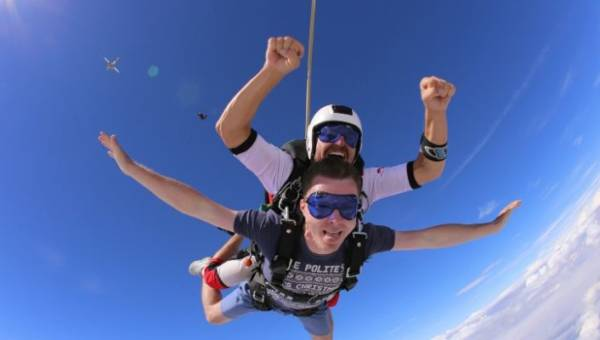 Voucher na skoki spadochronowe w tandemie – pomysł na niezapomniany prezent!