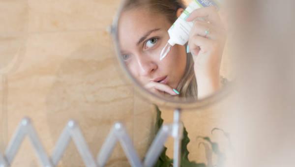 Dwuetapowe nawilżanie twarzy – najlepszy sposób na zmęczoną i odwodnioną cerę