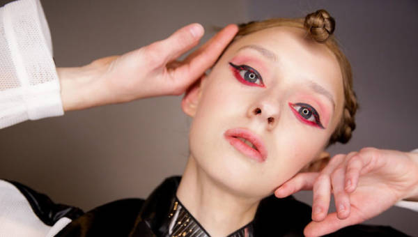 Najczęstsze błędy makijażowe. 8 niewybaczalnych potknięć, które postarzą twarz i popsują każde selfie